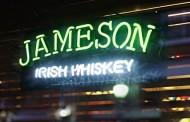 """""""Su il bicchiere"""" con Jameson Whiskey e UM"""