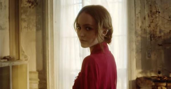 Lily-Rose Depp è la contraddittoria protagonista del nuovo film di Chanel N. 5 L'Eau