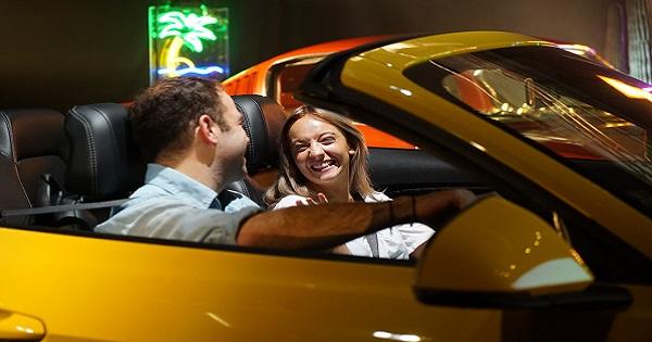 A bordo di una Ford Mustang con Tinder
