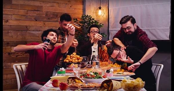 """Show Reel Media Group presenta """"Amici quanto basta"""", il primo racconto tratto da Cucina da Uomini"""