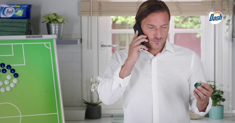 On air il nuovo spot di Dash Pods All in 1. Totti protagonista nei panni del Mister