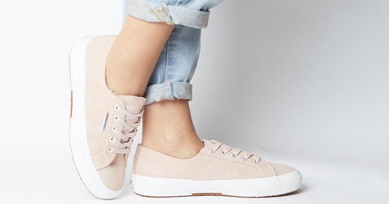 Superga ambasciatrice del made in Italy: dall'analisi di SEMrush, è il brand di scarpe più amato in Italia e in molti altri paesi del mondo