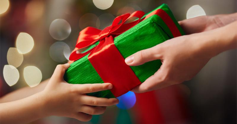 Per i regali di Natale famiglia al primo posto, con metà budget per un solo famigliare: i dati di Compass