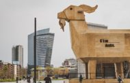 Milano torna a sorridere: un caprone gigante in piazza Gae Aulenti